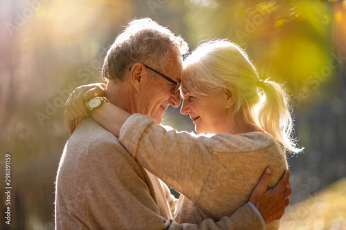 Fotografía  Elderly couple embracing in autumn park