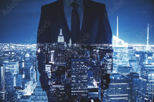La pose en embrasure New York Businessman in night city