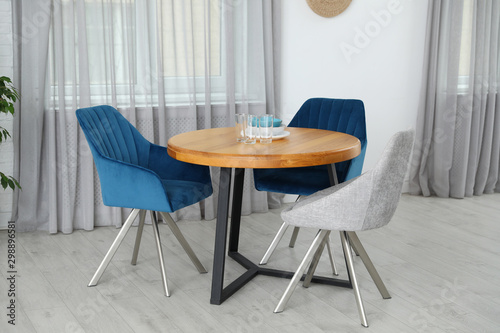 Pinturas sobre lienzo  Stylish room interior with dining table and chairs