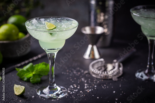 Fotomural margarita cocktail with lime in a glass on dark background