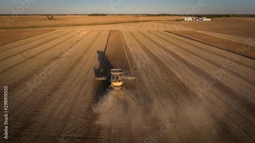 Farmer harvesting soybeans in Midwest Fototapete