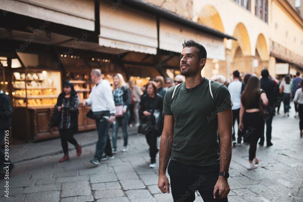 Fototapety, obrazy: Mann steht still in einer hektischen Stadt