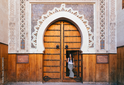 Fotografía  Arabic mosque door in Fez, Morocco