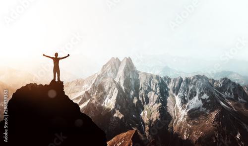 Fototapeta Bergsteiger erlebt absolutes Gipfelglück hoch über den Bergen obraz