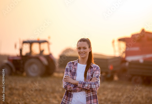 Fotografia Farmer woman with crossed arms at corn harvest