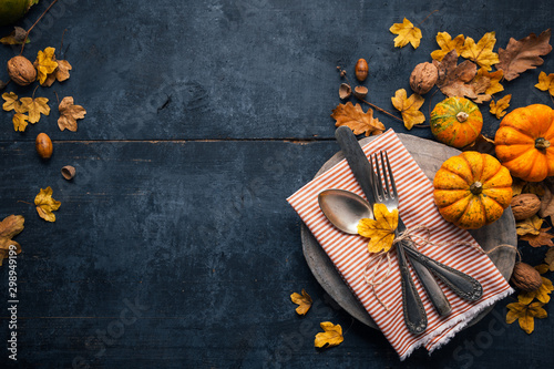 Canvastavla  Thanksgiving background with cutlery, pumpkins and dry leaves