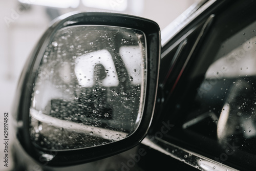 Fotomural  Car mirror covered with water drops