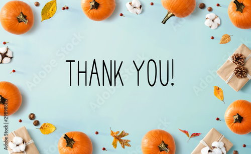 Fotografía  Thank you message with autumn pumpkins with gift boxes