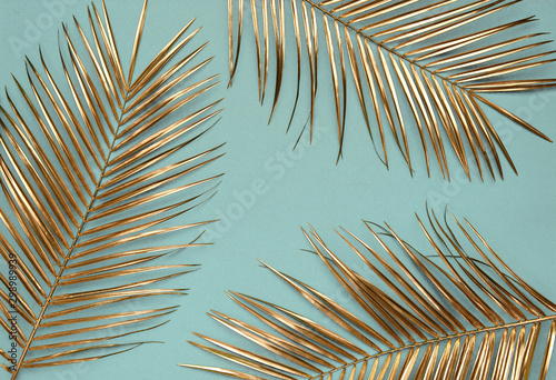 Poster de jardin Fleur Gold painted date palm leaves on desaturated turquoise background