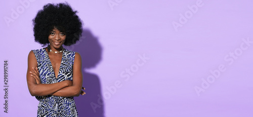 Fotografía  Portrait of pretty afro-american model in ethnic clothes isolated on colorful background
