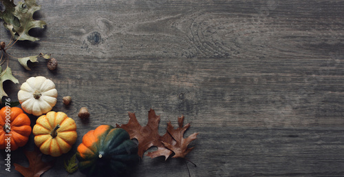 Autocollant pour porte Fleur Thanksgiving Holiday Rustic Pumpkins and Leaves Over Wood Background, Copy Space