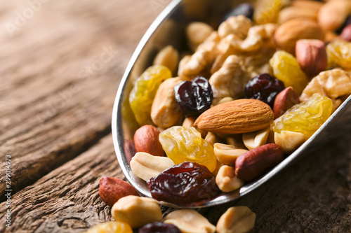 Fotografía Healthy trail mix snack made of nuts (walnut, almond, peanut) and dried fruits (