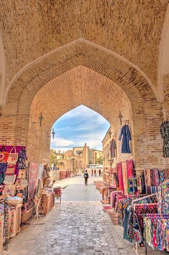 Spoed Fotobehang Smal steegje Bukhara old town, Uzbekistan