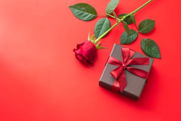赤いバラと赤いリボンのギフトボックスのプレゼントのイメージ