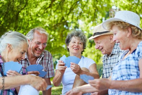 Fototapeta Gruppe Senioren Freunde beim Karten spielen obraz