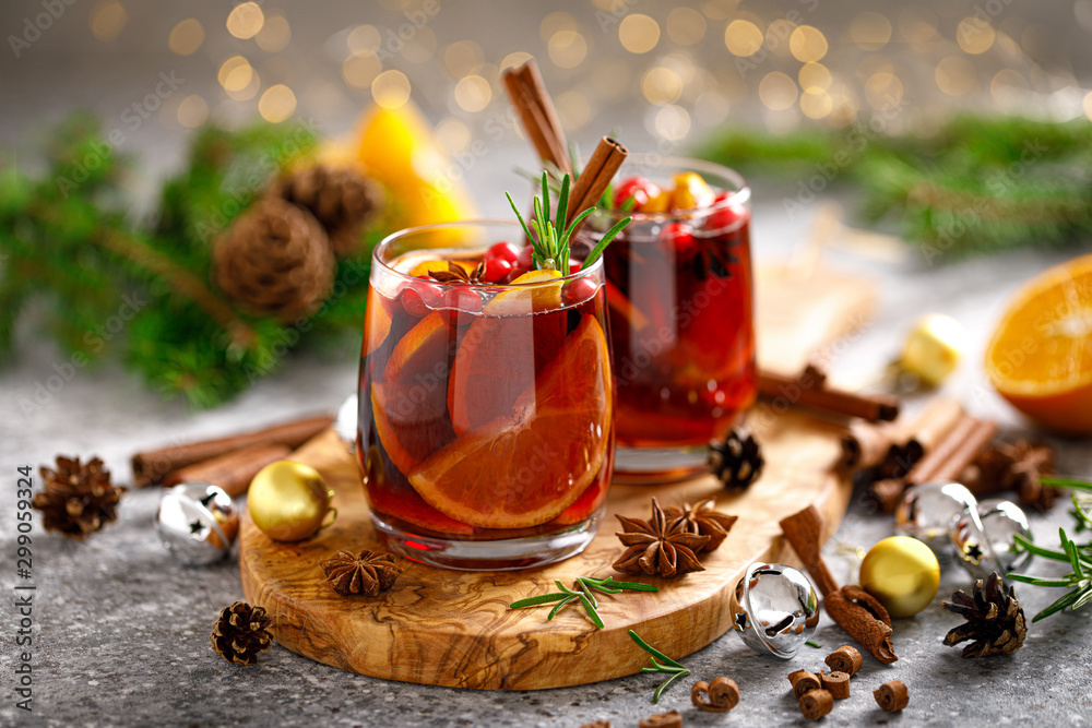 Fototapeta Christmas mulled wine. Traditional Xmas festive drink with decorations and fir tree