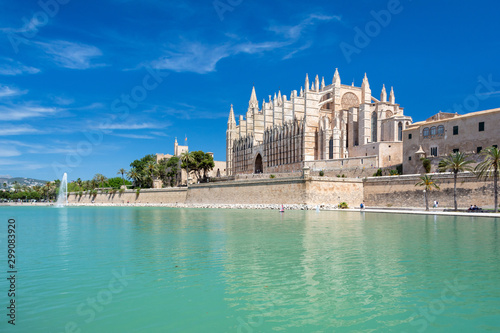 Palma de Mallorca cathedral and its reflection Fotobehang