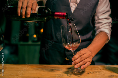 Photo sur Aluminium Alcool bartender pouring beer in a glass