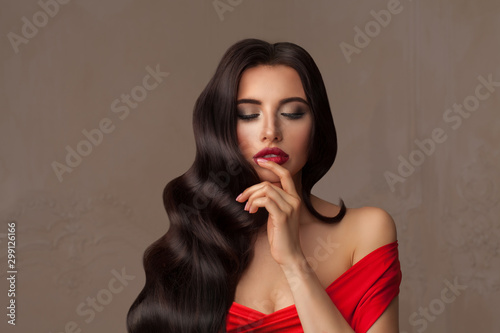 Fotomural Pretty woman brunette with wavy hairstyle and makeup, fashion portrait