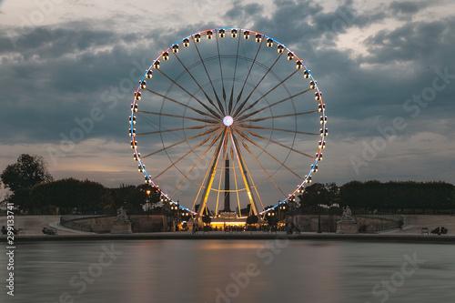 Fotografía  Gran rueda con luces un atardecer en Paris
