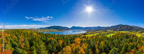 Foto Fantastic panoramic view over the bavarian lake Tegernsee in autumn with fall colors, made by a drone