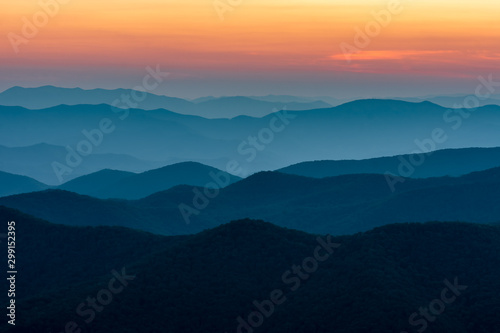 Photo Scenic drive from Cowee Mountain Overlook on Blue Ridge Parkway at sunset time