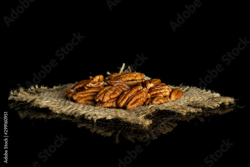 Pinturas sobre lienzo  Lot of whole dry brown pecan nut on natural sackcloth isolated on black glass