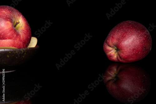Photo  Group of two whole two slices of fresh apple red delicious on glazed bowl isolat