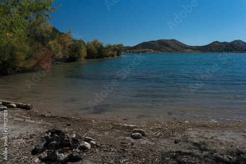 Платно Bill Evans Lake in southern New Mexico near Silver City.