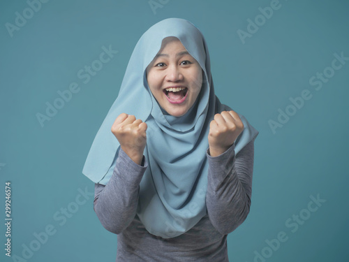 Fotomural  Muslim Lady Smiling with Winning Gesture