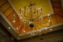 豪邸の豪華なシャンデリアのイメージ