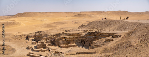 Fotografia Panoramic view of the Giza Plateau with pharaohs ruins and camel riders, Cairo,
