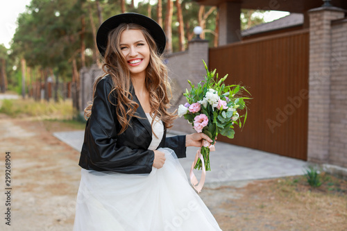 Stampa su Tela Beautiful young bride with bouquet of flowers on her wedding day outdoors