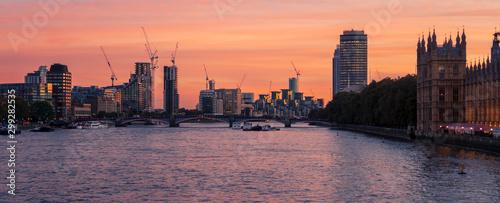 Montage in der Fensternische London Sunset view of River Thames near Westminster, London, UK