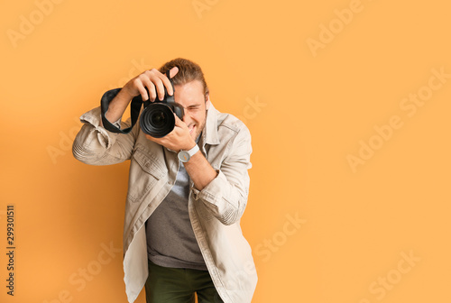 Photo Young male photographer on color background