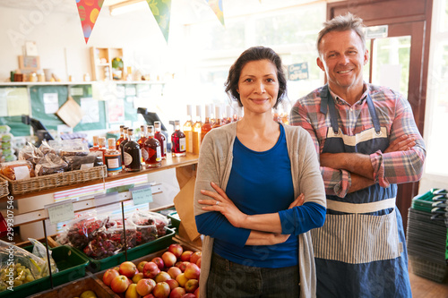 Fotomural  Portrait Of Mature Couple Running Organic Farm Shop Together