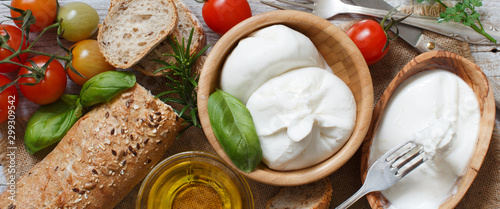 Photo Italian cheese burrata with bread, vegetables and herbs
