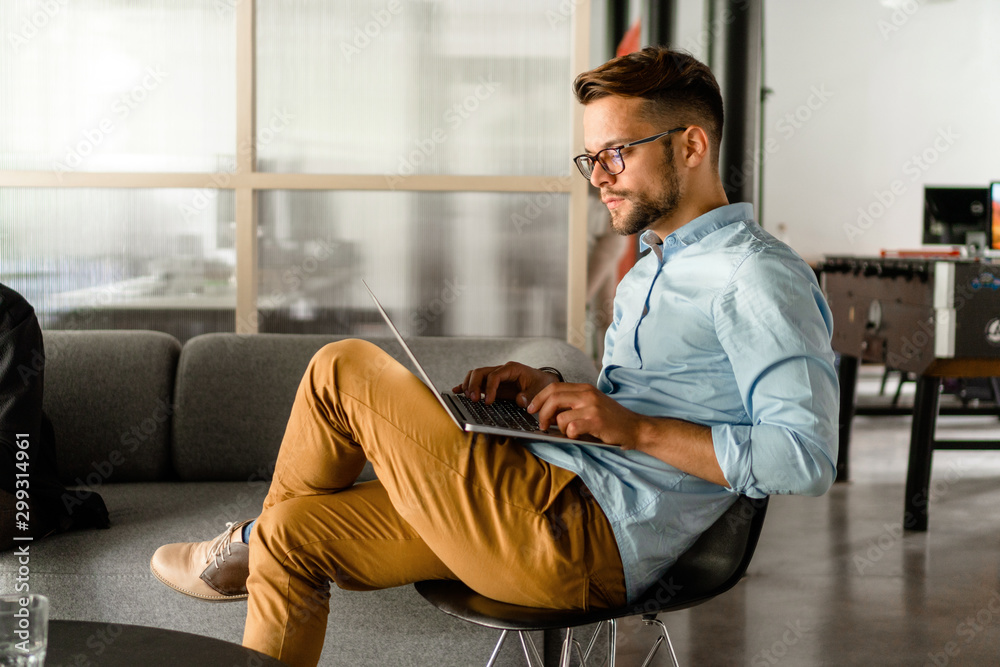 Fototapety, obrazy: Young Man typing on laptop