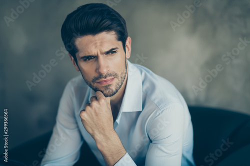 Fotografiet  Close up photo of minded businessman sit chair touch his chin think work thought