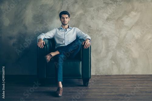 Fotografía  Full length photo of gorgeous charismatic entrepreneur true leader sit on black