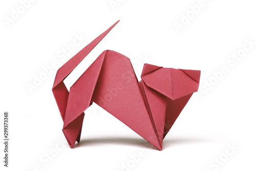 Photo Small red brown origami cat on a white background