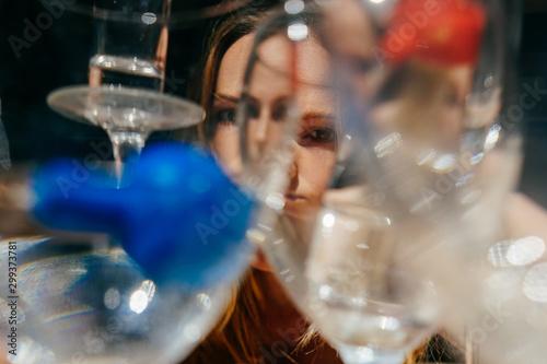 The girl looks through the glasses. Tapéta, Fotótapéta