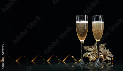 Fotografía  Two glasses of champagne ready to bring New Year on a black background