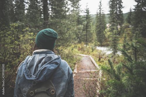Autocollant pour porte Route dans la forêt woman hiking