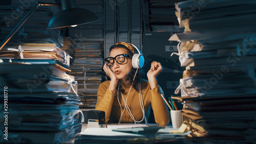 Plakaty atrybuty muzyczne  careless-employee-listening-to-music-instead-of-working