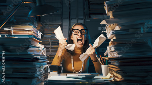 Fotomural  Angry stressed office worker overloaded with paperwork