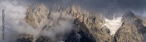Foto auf AluDibond Grau Rocky mountain cliffs in thunderclouds