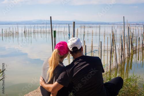 Photo Pareja de enamorados mirando el horizonte de forma romántica en el lago la Albuf