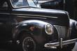 Parte delantera vehiculo negro antiguo descuidado