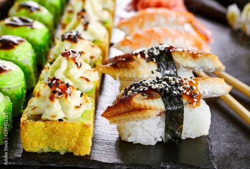 Pinturas sobre lienzo  Delicious asian food, roll, sushi and gunkan set